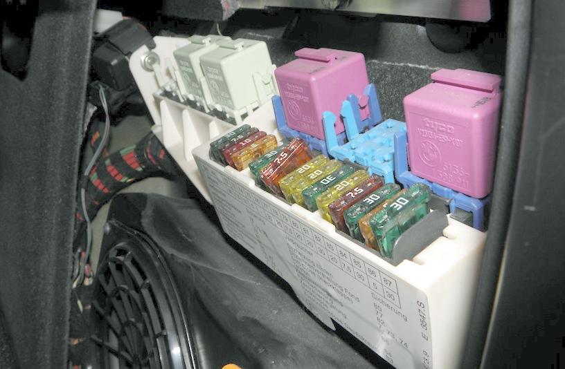 Блок в багажнике Х5 Е53