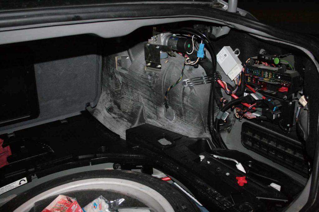 блок с предохранителями в багажнике бмв е65