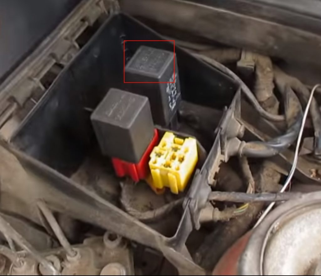 Блок реле под капотом