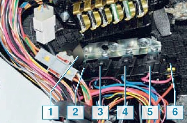 Блок с реле управления двигателем